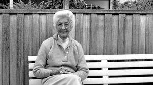 Ella Hansen overtager ledelsen af Carl Hansen & Søn efter hendes mand Holger Hansens alt for tidlige død