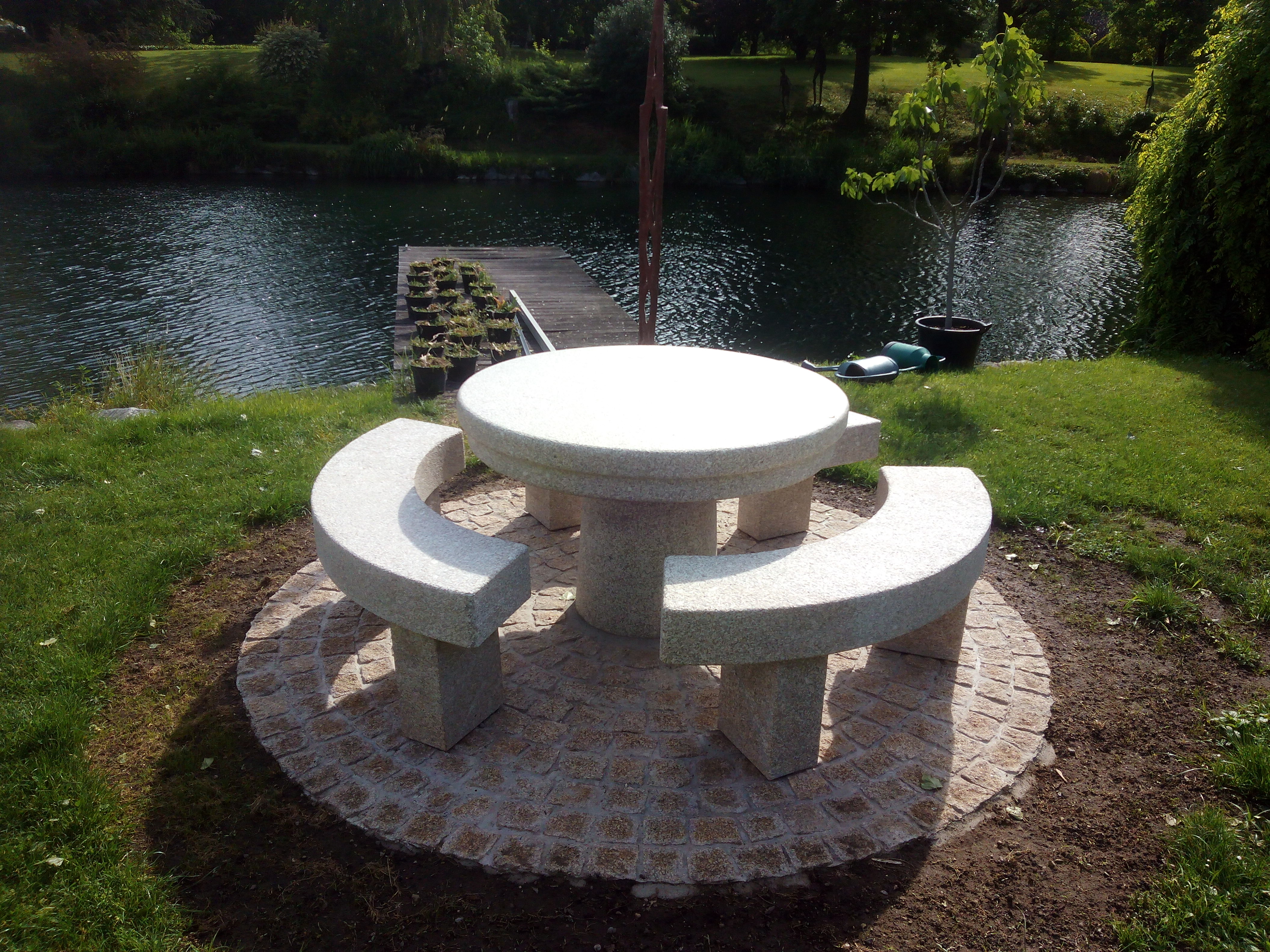 Table et bancs en granit sur mesure