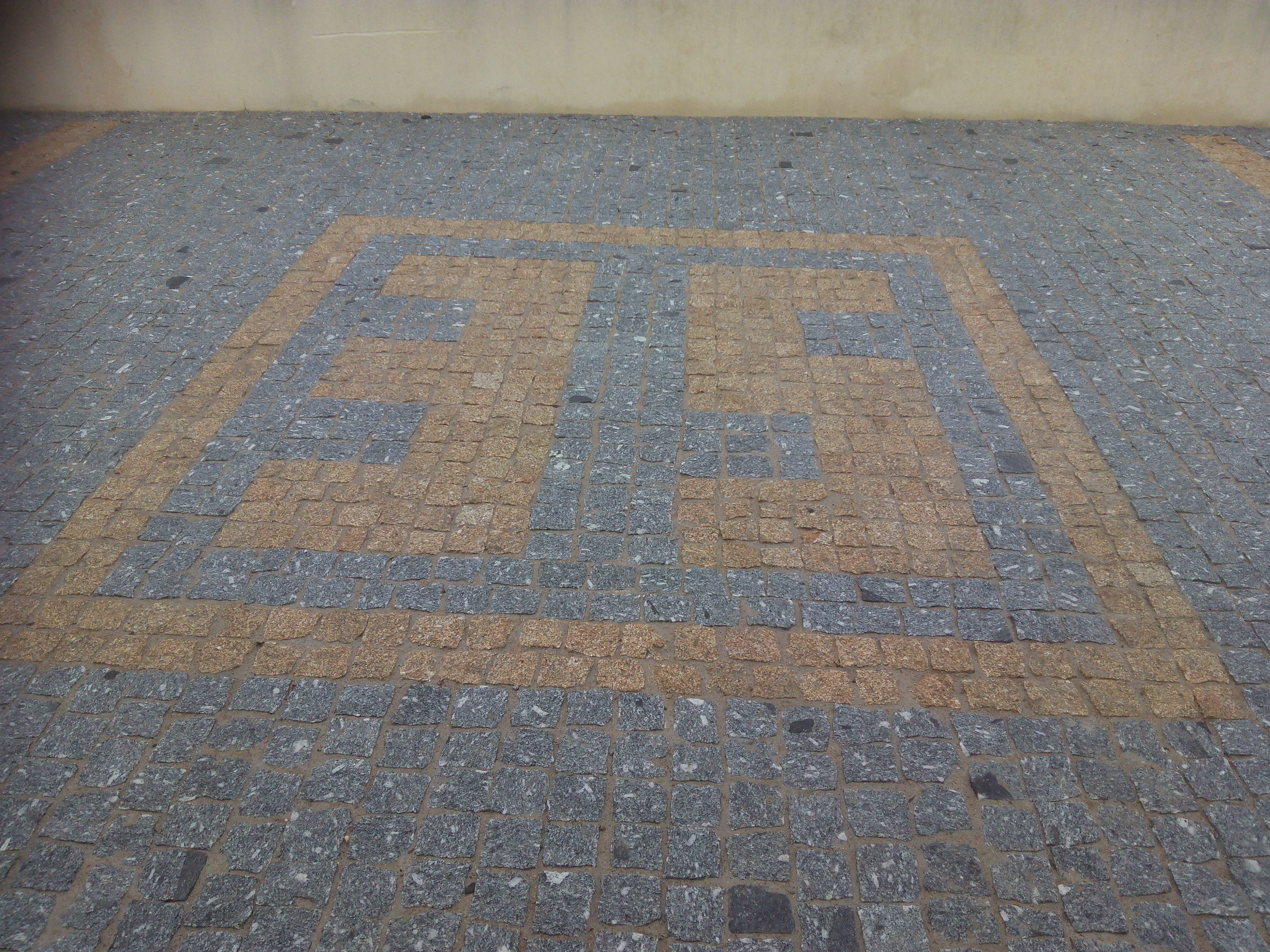Deux lettre en pavé granit jaune