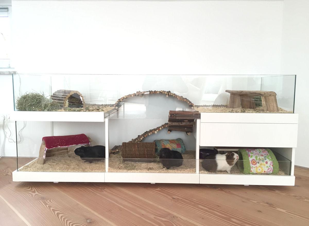 Meerschweinchen Gehege aus Holz in Weiß.