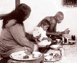 Foto de Yogaanda fazendo uma refeição no Ashram de Mahatma Gandi