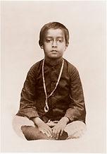 Foto de Yogananda sentado, aos 6 anos de idade