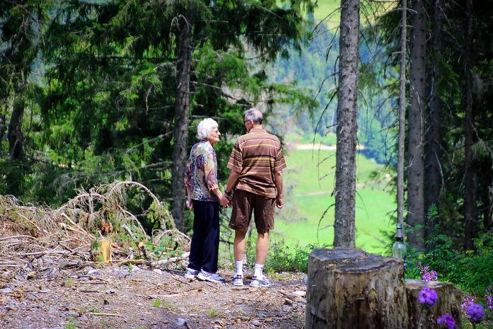 Senioren-Paar Hand ind Hand-Vertrauen.jp