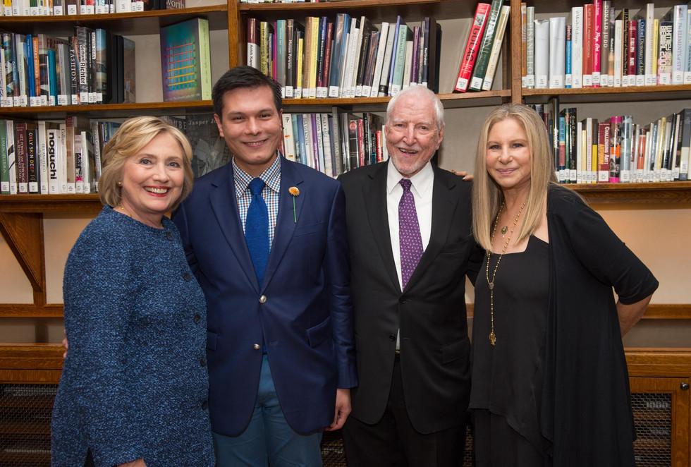Cựu Đại sứ Mỹ tại Luxembourg James Hormel cùng bạn đời Michael Nguyen được tôn vinh tại sự kiện ở th