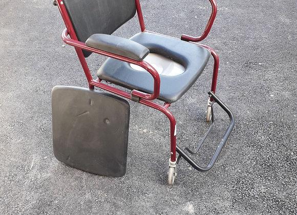 Chaise percée sur roues