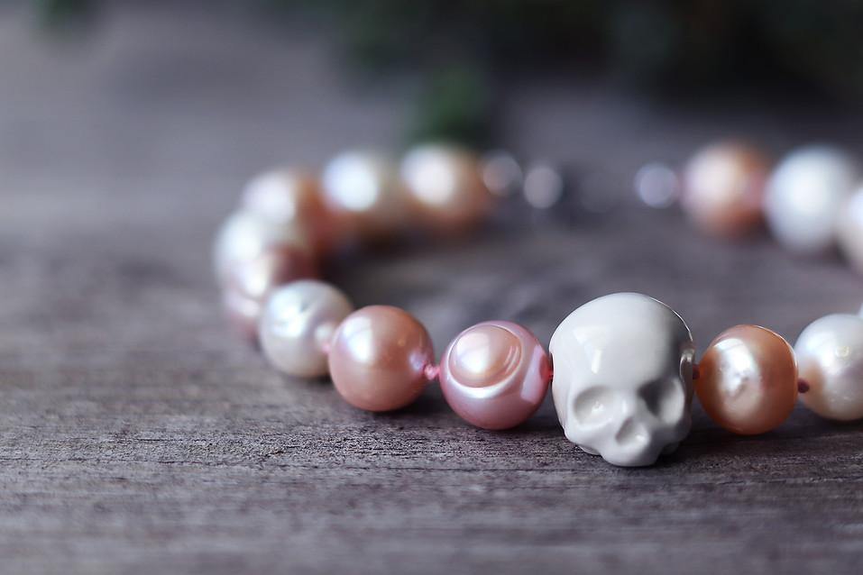 Bracelet crâne de porcelaine blanche et perles Akoya - Camille Estivals