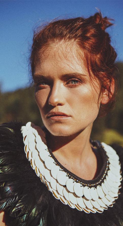 collier-plastron-porcelaine-bijoux-art-couture-plumes-or-piece-unique-camille-estivals