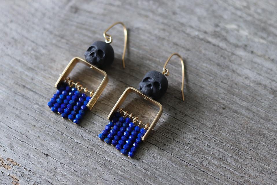 Boucles d'oreilles Memento Mori en porcelaine laiton ciselé et Lapis Lazuli - Camille Estivals