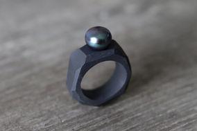 Bague en porcelaine noire et perle de culture - Camille Estivals