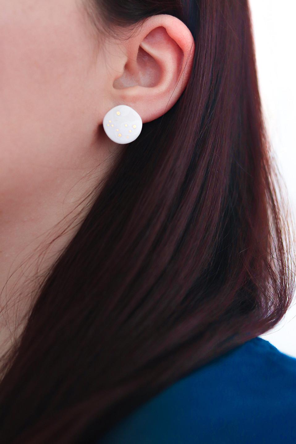 Puces d'oreilles en porcelaine blanche et or - Camille Estivals