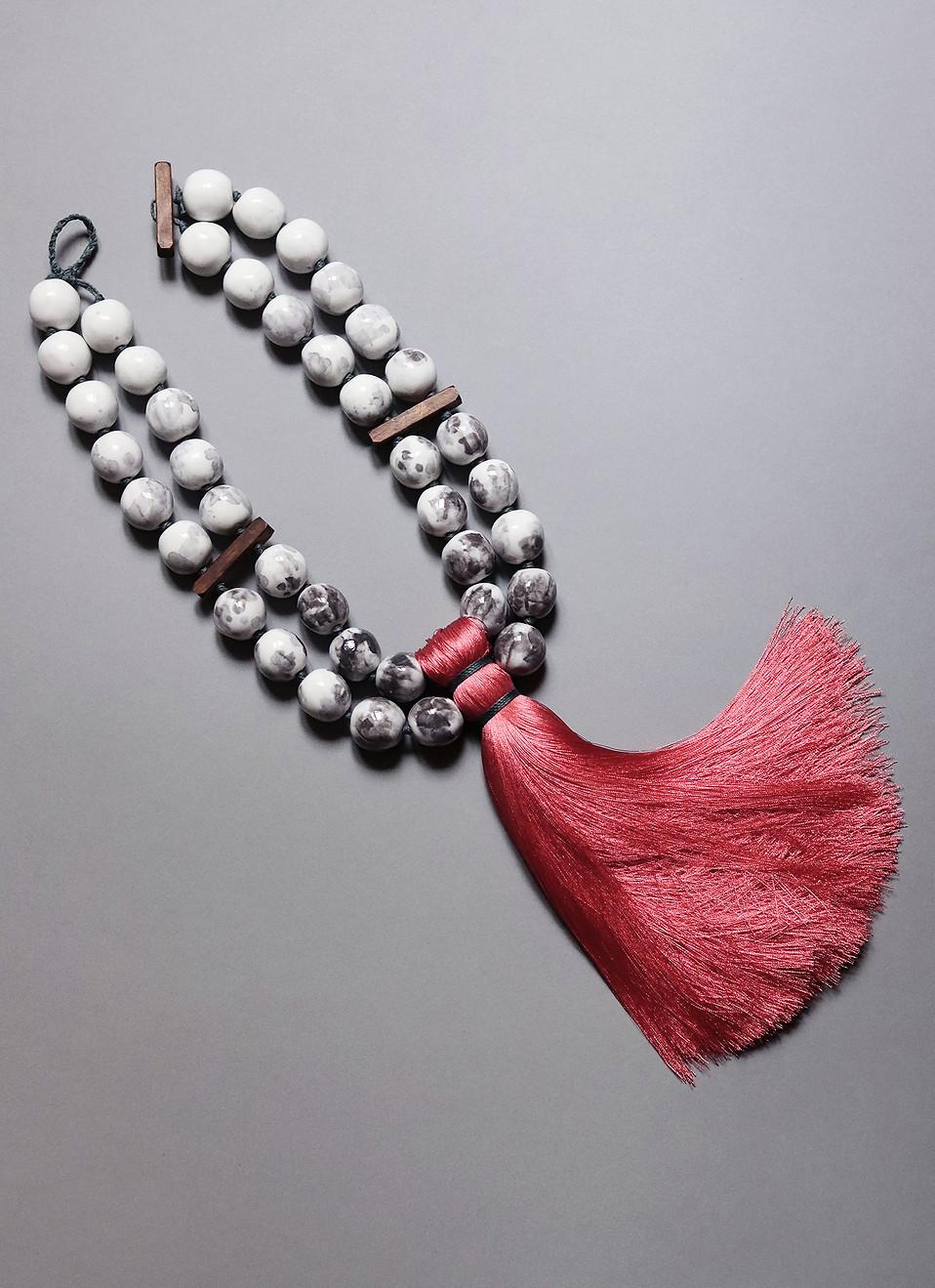 Collier oversize en porcelaine émaillée blanche et grise pompon de soie - Camille Estivals