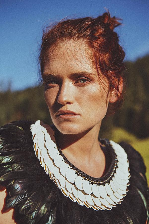 Collier plastron en porcelaine plumes or et corde - Shooting mode fashion - Camille Estivals