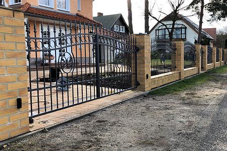 Zaun auf Mauer