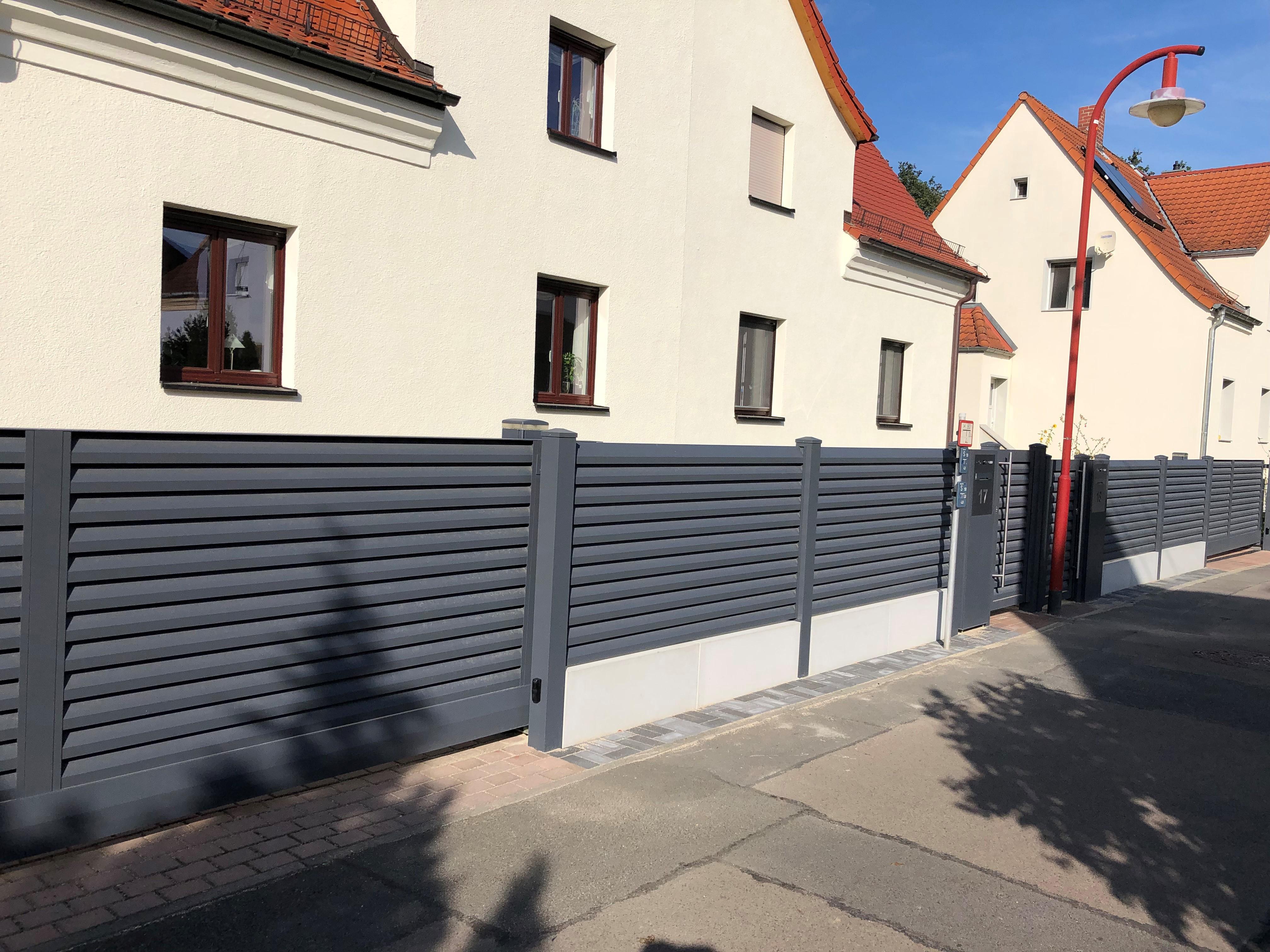 FZ.A.10 Schiebetor mit Betonmauer