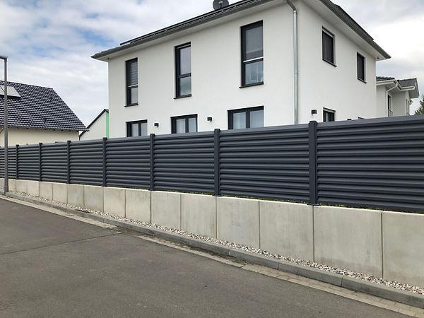 Zaun auf Beton