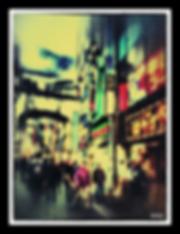 femme violette rue.png