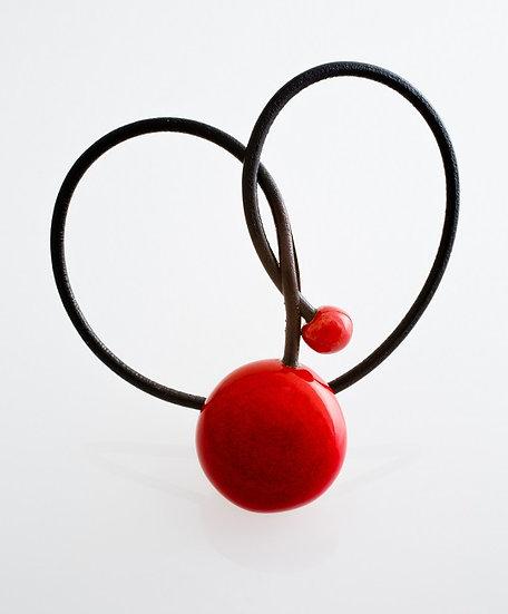 Gevole pendentif en porcelaine et fil de cuir rouge