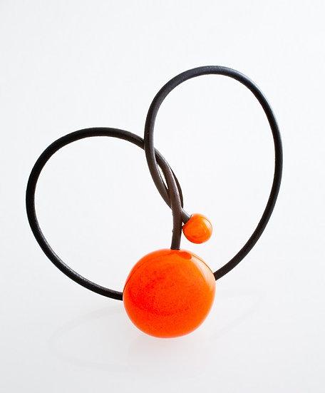 Gevole pendentif en porcelaine et fil de cuir orange