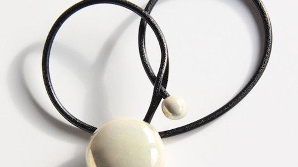 Gevole pendentif en porcelaine et fil de cuir nacré