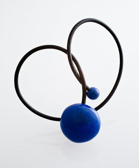 Gevole pendentif en porcelaine et fil de cuir blue