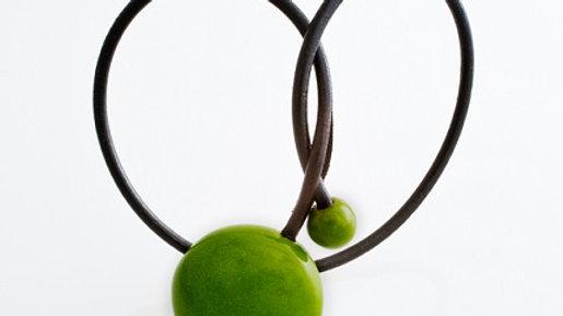 Gevole pendentif en porcelaine et fil de cuir vert