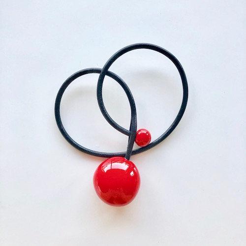 Gevole pendentif en porcelaine et fil de cuir rouge coclicot