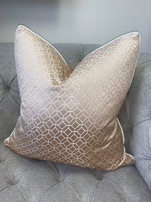 GEO SHELL WITH IVORY PIPING 60X60CM