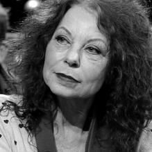 ELSBETH ETTY (1951) is neerlandicus, literair criticus en columnist. Zij promoveerde in 1996 cum laude op de met de Busken Huetprijs en de Gouden Uil bekroonde biografie Liefde is heel het leven niet. Henriette Roland Holst 1869-1952. Van 2005 tot 2015 was ze bijzonder hoogleraar literaire kritiek aan de Vrije Universiteit in Amsterdam. In 2019 verscheen haar biografie van Willem Wilmink In de man zit nog een jongen.