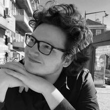 DAVID OMAR COHEN (1994) studeerde Duits en Klassieke Talen aan de Universiteit van Amsterdam een deed een promotie-onderzoek naar de talige karakterisering in drie Oudgriekse tragedies aan de Humboldt-Universität zu Berlin. Hij vertaalde eerder een verhalenbundel van Nicos Panayotopoulos uit het Nieuwgrieks en werkt aan een vertaling van Nikos Kazantzakis' eposDe Odyssee: een modern vervolg. Jiddisj leerde hij in Berlijn op een zomerprogramma van hetMaison de la culture Yiddishin Parijs.