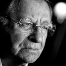 HUUB OOSTERHUIS (1933) is schrijver, dichter en theoloog. Hij is oprichter van debat- en cultuurcentra de Populier (later De Balie), de Rode Hoed en de Nieuwe Liefde in Amsterdam. Ook was hij initiatiefnemer van de voormalige VSB-Poëzieprijs, de School der Poëzie, de producties van Poëzie Hardop, en was hij jarenlang hoofdredacteur van het tijdschrift Roodkoper. In 2006 was hij lijstduwer van de SP. Tot op heden is Oosterhuis betrokken bij Ekklesia Amsterdam. Zijn werk wordt gelezen en gezongen in Nederland, Vlaanderen, Duitsland en de Verenigde Staten.
