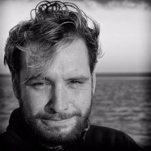 ARTUR C JASCHKE Artur (1984) behaalde zijn bachelordiploma in muziek (contrabas en drums) aan het Dartington College of Arts (Verenigd Koninkrijk) en de Universiteit van Otago (Nieuw-Zeeland). Tijdens deze periode ontwikkelde hij al een sterke interesse in muzikale cognitie en de neurologie van muziek, hij haalde zijn Master's degree aan de Universiteit van Amsterdam, in Musicology and Music Cognition (thesis titel: Controlled Freedom: Cognitive Economy versus Hierarchical Organisation in jazz improvisation).  Momenteel is hij Lector in de muziek gebaseerde therapieën en interventies bij de afdeling muziektherapie aan de ArtEZ Hogeschool voor de Kunsten in Enschede, gespecialiseerd in de onderlinge relatie van muziek, uitvoerende functies en hersenrijping in klinische en niet-klinische studies, evenals gastonderzoeker cognitieve muziek neurowetenschappen op de afdeling Neonatale Intensive Care van het Universitair Medisch Centrum Groningen. Daarnaast is hij onderzoeker klinische Neuromusicologie aan de Vrije Universiteit van Amsterdam op de afdeling Klinische Neuropsychologie