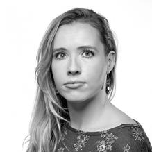 MIEKE VAN ZONNEVELD (1989 ) is dichter, letterkundige en docent Nederlands. Ze studeerde Nederlands en oudheidkunde aan de Vrije Universiteit Amsterdam. Mieke debuteerde in 2016 met haar bundel Leger en publiceerde eerder in De Tweede Ronde, De Gids, Awater, Das Magazin, Liter en Avantgaerde. In 2013 won ze de Turing Gedichtenwedstrijd. Mieke van Zonneveld is tevens stadsdichter van Hilversum. Als lid van het Feest der Poezie draagt ze bij aan literaire salons en schrijft ze voor het periodiek Avant Gaerde.