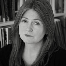 DERYN REES-JONES is een Engels-Welsh dichter en woont en werkt in Liverpool, alwaar ze is verbonden als professor of poetry aan de University of Liverpool. Voor haar proefschrift deed ze onderzoek naar vrouwelijke dichters. Ze won verschillende prijzen met haar eigen dichtbundels en werd in 2012 genomineerd voor de prestigieuze T S Eliot prize.