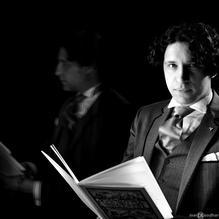 SIMON MULDER is voordrachtskunstenaar, artistiek leider bij Stichting Feest der Poëzie en leraar klassieke talen op de middelbare school. Als voordrachtskunstenaar en organisator van poëzie- en muziekevenementen is hij betrokken bij voorstellingen in binnen- en buitenland. Daarnaast schrijft hij gedichten en essays. Verder is hij is redacteur bij Armada, tijdschrift voor wereldliteratuur, en bij Arabesken, tijdschrift van het Louis Couperus Genootschap.