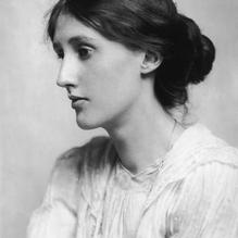 VIRGINIA WOOLF (1882- 1941) was een Brits schrijfster en feministe. In 1905 maakte ze van schrijven haar beroep.Tijdens het interbellum speelde Woolf een belangrijke rol in het literaire leven van London en behaalde succes als schrijfster. Ze behoorde tot deBloomsbury groep, een intellectuele en artistieke kring vernoemd naar de buurt in London waar ze woonde.Woolf wordt beschouwd als een van de grootste en meest vernieuwende Engelse schrijvers van de twinstigste eeuw.  Ze publiceerde romans en essays, en had zowel bij de literaire kritiek als het grote publiek succes. Veel van haar werk gaf ze zelf uit via de uitgeverijHogarth Press.