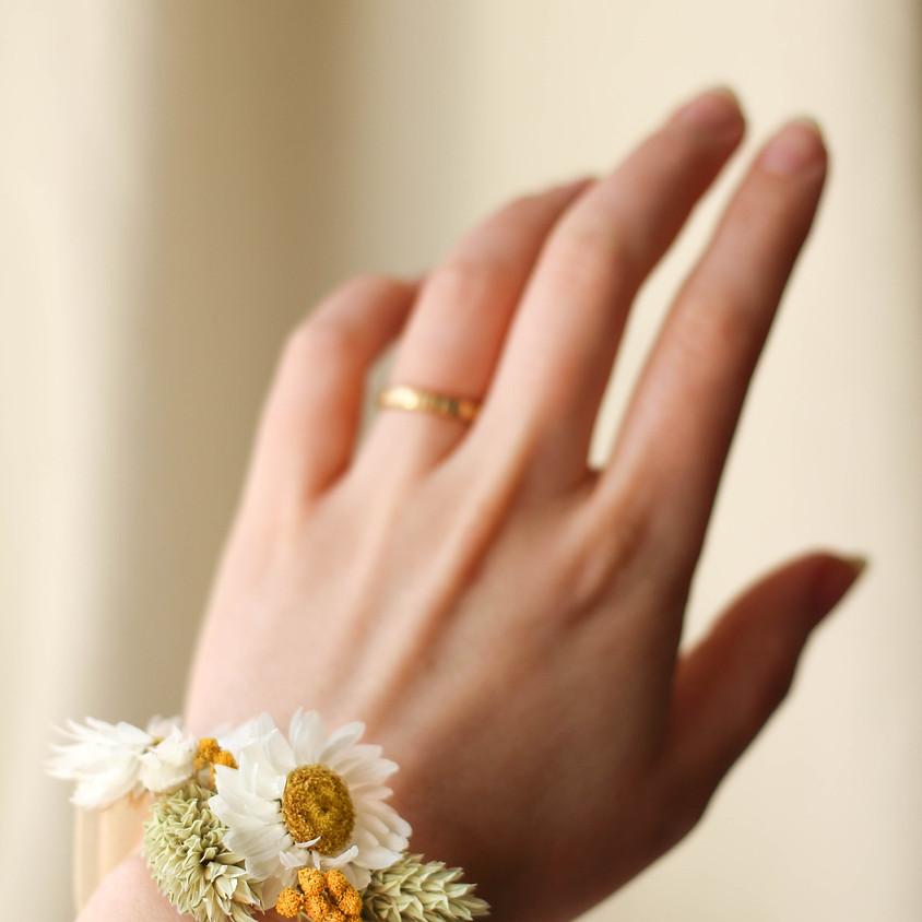 Atelier bracelet en fleurs séchées au salon de l'atelier familial