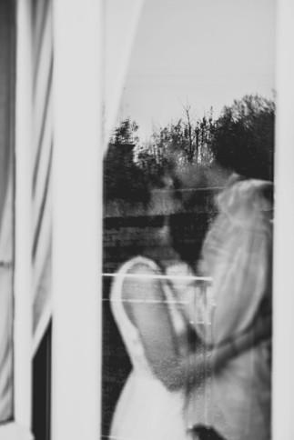 """Organisation et créations florales: Floriane Del Frate «Un dix neuf septembre» Photographie: Caroline Lequeux «Happy day'z photographie» Vidéaste:Guillaume Wilmin Couple: Lou et Arthur Lieu: maison de Pauline Mellinger «Le vélo rose» Vêtements mariée:Elisa Ness Bagues: «Flore et Zéphyr» Vaiselle et décoration: «Bleu Jasmin» Papeterie: Camille Gresset «Studio Billie» Ruban: «Le temps file» Petit déjeuner: """"O Soeurs Saveurs»"""