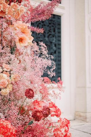 Photographie: Harriette Earnshaw Floral School: Florésie Wedding planning and Design: Jennifer Fox Weddings Venue: Chateau de Varennes Rentals: Joli Bazaar Gown: Monique Lhuillier Beauty: Anagen Atelier Stationary: Darling and Pearl Florals: Florésie