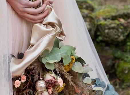 Robes de mariée et fleurs séchées