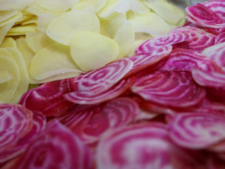 Nos chips maison de betterave Chioggia et pomme de terre Bintje bio