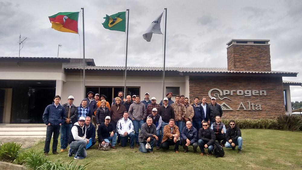 Grupo de produtores, técnicos e representantes que prestigiaram o evento
