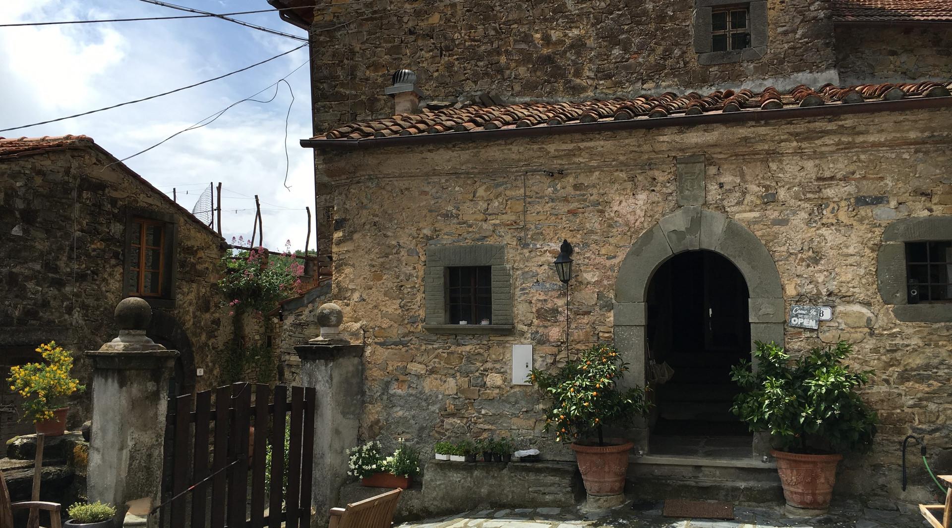 agriturismo b&b Luna di Quarazzana Lunigiana entrance and courtyard