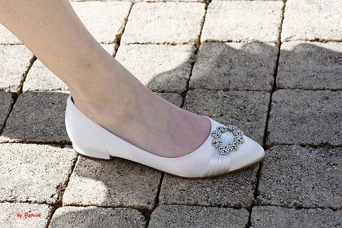 Chaussure satin ivoire talons plat boucle strass