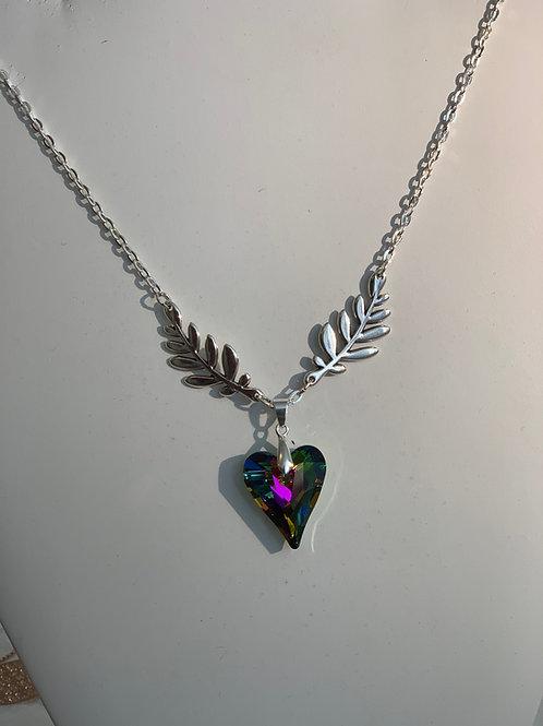 Collier elfique avec son magnifique coeur aux multiples reflets