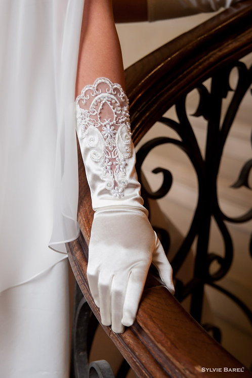 Gants blancs à dentelles et ornés de perles