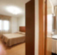 Habitación amplia parados personas