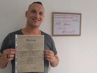 Denis bekommt das Fazenda-Diplom