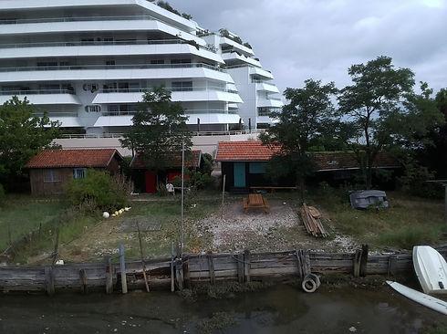 photo Olivier cabane et immeuble.JPG