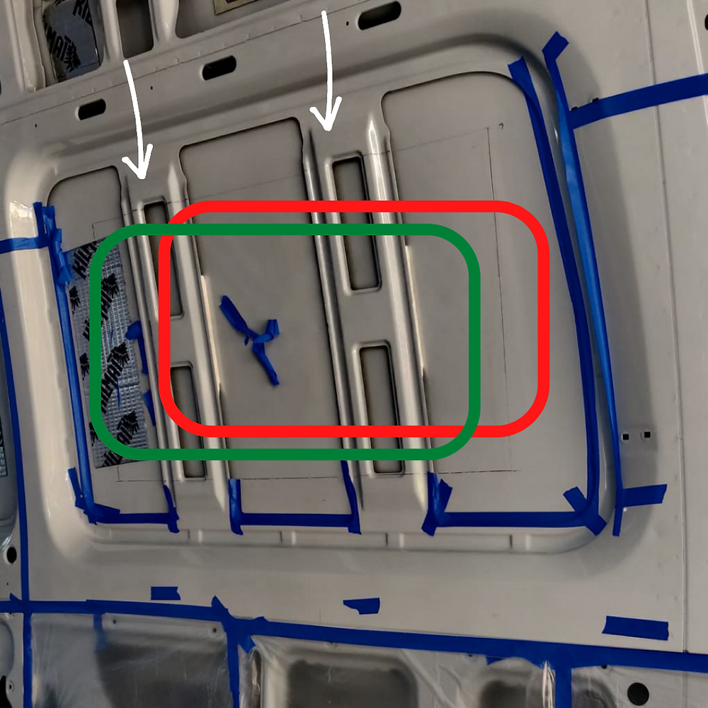 an image of the window area from the inside. Two white arrows point to the two areas where there are two metal layers in the frame. A red outline shows an incorrect cut while a green outline shows a correct cut.