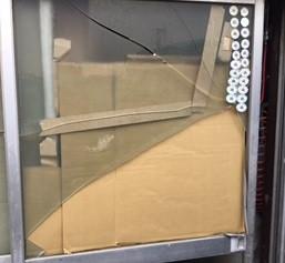 草加市 新里町 ガラス修理前